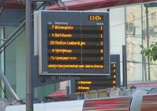 Une borne d'information voyageur centralisant les horaires d'un pôle de correspondance.