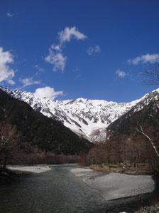【上高地4月下旬】穂高連峰はまだ雪が残る