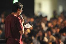 五千人の会衆にメッセージを語る