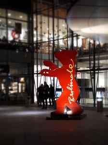 Berlinale Bär mit Berlinale Schriftzug am Potsdamer Platz.