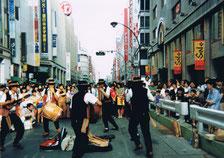 新宿で演奏するマルカワシ