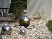 Silberne Kugeln auf Kies