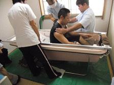 【入浴実習】 利用者様の希望に沿えるサービスが提供できるように、定期的に入浴実習を実施しています。