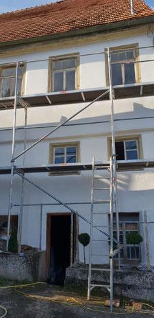 Das Haus in Haigerloch Gruol steht unter Denkmalschutz und erhält einen neuen Fassadenanstrich mit Sumpfkalkfarbe.