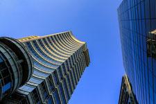 Tour d'affaires vue d'en bas évoquant le monde de la finance