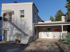 Das graue Gebäude mit unserem Logo ist schon von der Strasse aus gut zu erkennen
