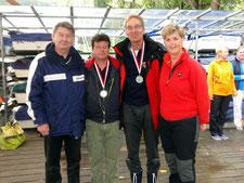 2. Platz Heiner Bertram und Sebastian Frehsee mit Regattaleiterin Sylvia Dutzke und BSV Sportreferent Detlev Smarsly