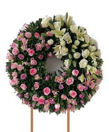 Elegante corona de flores para difunto.  Coronas de flores para muertos