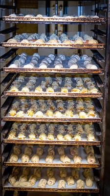 Jourgebäck auf Ofenbleck vor dem Backen.