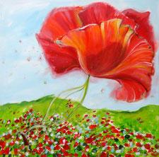 Eine riesige leuchtendrote Mohnblüte dominiert das gesamte Format. Wenn man genauer hinschaut, erkennt man in der mohnblütenreichen Wiese eine kleine Frau im roten Kleid, die die Blüte wie einen Drachen fliegen lässt.