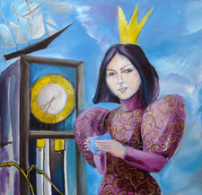 Eine asiatisch anmutende Frau steht mit kleinen Zetteln in den Händen vor der Brust und schaut den Betrachter an. Sie trägt eine große lange Krone und ein pompöses violettes Kleid mit Puffärmeln und einer Goldstickerei.