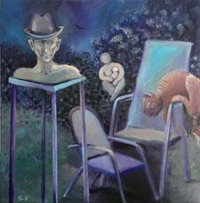 Imnächtlichen Garten tummeln sich mehrere Skulpturen. Ein Mann mit Hut, sehr präsent, eine Katze sitzt auf der Stuhllehne und eine Frau mit einem Baby an der Brust ist in der Bildmitte im Hintergrund in einem blühenden Fliederstrauch zu sehen.