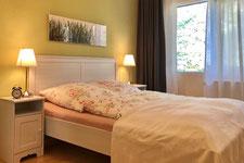 Schlafzimmer mit Bett vom Golf-Appartement in Wandlitz