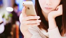 女性が携帯でメールしている
