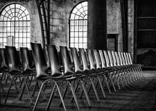 Veranstaltung Stuhlreihe schwarz weiss