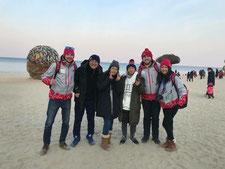 ボランティアスタッフの仲間と江陵のギョンポビーチにて