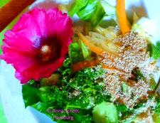 Rohkostsalat mit Stockrosen-Blüte