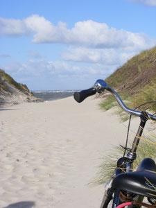 Fahrrad am Strandübergang zum Meer-Blick auf das Wasser-sorgenfreier und entspannter Tag