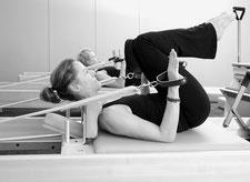 Elke auf dem Pilates-Reformer