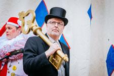 Bürgermeister Rainer Stolz übergibt die Stadtrechte