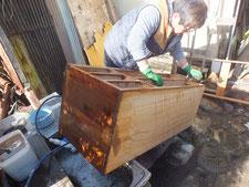 各務原市より修理依頼の桐たんすの本体洗いです。