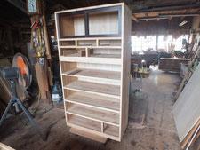 時代箪笥の裏板、胴縁、棚板に新しい木を貼り本体が仕上がりました。
