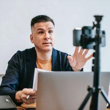 Vortragender spricht in seine Handykamera