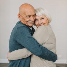 Ein altes Ehepaar in enger Umarmung