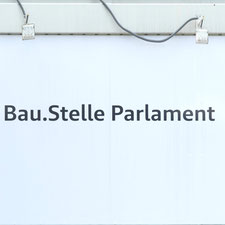 Schild: Bau.Stelle Parlament