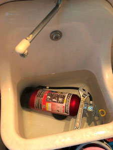 水中で消火器確認