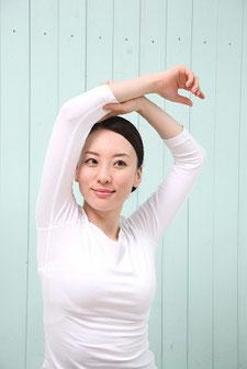腰痛でストレッチをする奈良県広陵町の女性