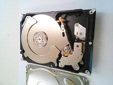 廃棄PCから取出して、分解したHDDの内部写真