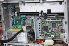 データ移行元のPCからHDDを取出す作業の写真