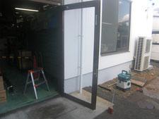 扉ガラスの取り替え:工事中写真