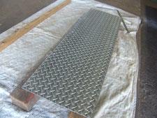 メッキ縞鋼板の布設:工事中写真