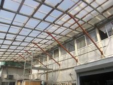 通路屋根の鉄骨補強:工事後写真