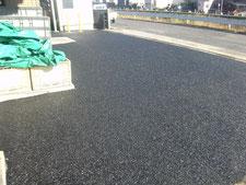 アスファルト舗装を半たわみ性舗装に改修:工事中写真