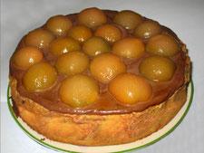 Ванильный бисквит с прослойкой персикового джема, украшенный персиками