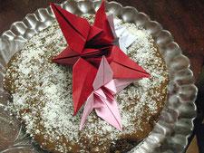 Шоколадный торт с персиковым джемом, украшенный лилиями оригами