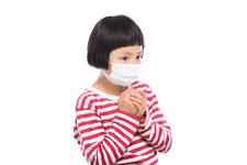 病気やアレルギーで悩んでいる子供の画像