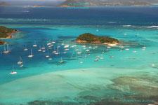 Die Crew der Segelyacht Scorpio macht einen Rundflug über die Tobago Cays, gestartet mit dem Flugzeug auf Union Island