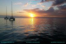 Die Segelyacht Scorpio ankert vor der Insel Grenada und sieht einen wunderschönen Sonnenuntergang in der Karibik