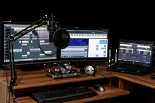 Darstellung eines Arbeitsplatzes für Audio und Videobearbeitung.