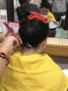 Liviムラタのレディースシェービングでは左手を意識して顔そりを行います。全ての箇所で同じです。