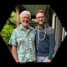 Christoph mit dem bekannten Huna-Lehrer und Buchautor Serge Kahili King, den wir auch 2021 wieder in seinem Schulungszentrum in Volcano, Big Island für ein Tagesseminar besuchen werden.