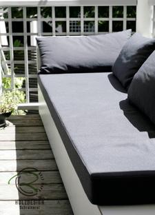 Auf den Balkon zugeschnittene, konisch zulaufende, wetterfeste Lounge-Möbel in weiß