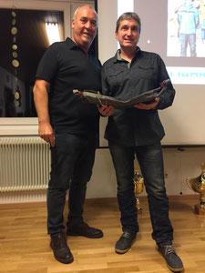 Vizepräsident Heinz Ebner ehrt Präsident Michael Pucher für 20 Jahre im Vorstand