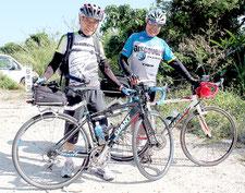 自転車で日本一周を達成した杉本さん(左)と友人の多賀さん(右)=12日午後、石垣市内