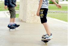 二輪スケボーを乗りこなす児童ら=4日、真栄里公園