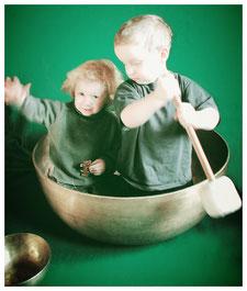 Kinder in der XL Klangschale: mit allen Sinnen spielen und lernen